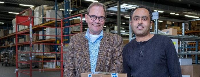 Isaias en werkgever in de verpakkingshal