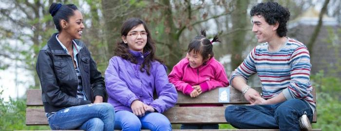 Kinderen zitten op een bankje