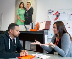Vluchteling in gesprek met begeleider van VluchtelingenWerk
