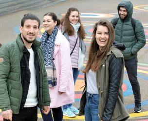 jonge vrijwilligers ontmoeten jongeren met een vluchtelingenachtergrond
