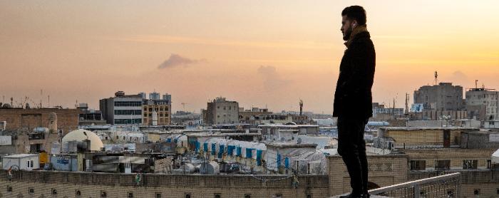 Man kijkt uit over een stad na terugkeer