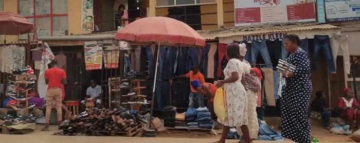 Mensen op een markt in Nigeria