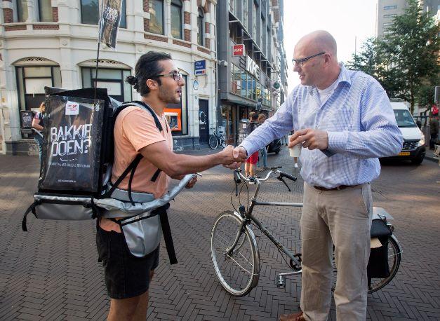 Tijdens onze actie 'Bakkie Doen?' drinken vluchtelingen een bakkie koffie met Nederlanders