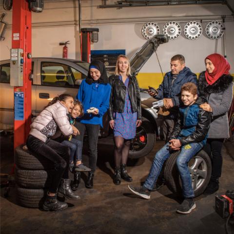Maher met gezin in zijn autogarage
