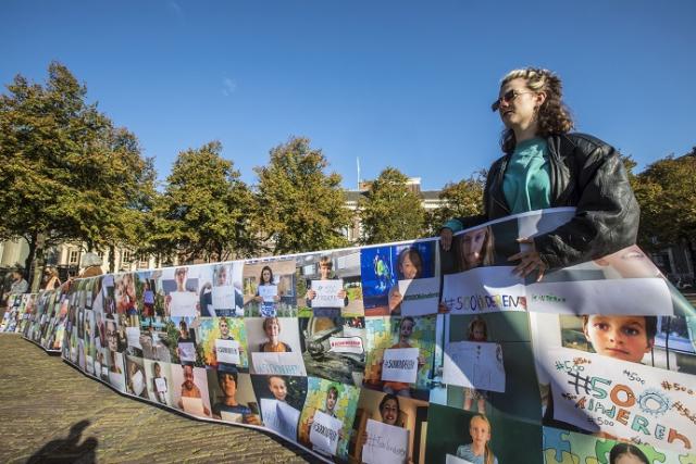 ZappLive kwam ook in actie voor #500kinderen en toonde een meterslange spanddoek met steunbetuigingen van kinderen